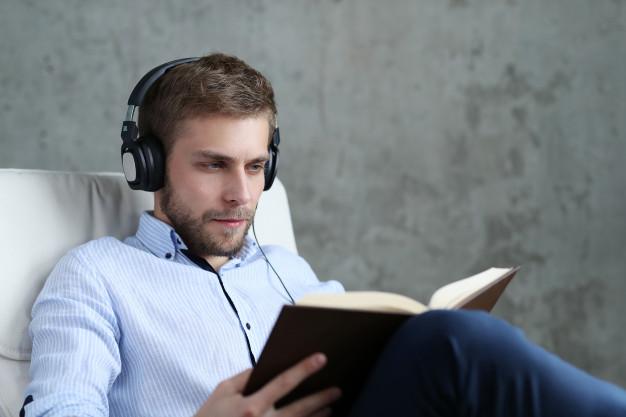 cách ngủ ngon người đàn ông nghe nhạc đọc sách