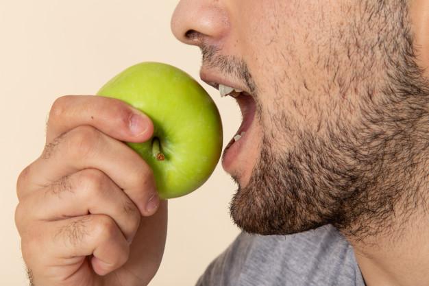 người đàn ông ăn táo