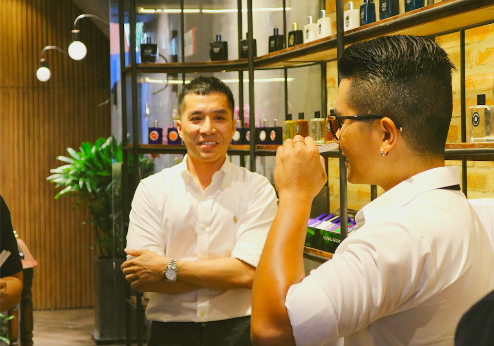 viinriic niche perfume khách hàng đang trải nghiệm