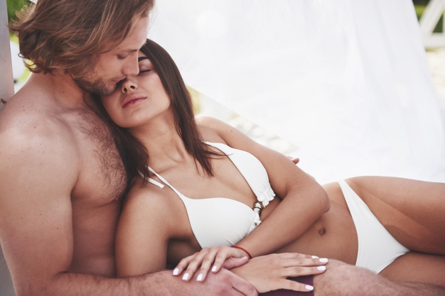 cặp đôi mặc bikini