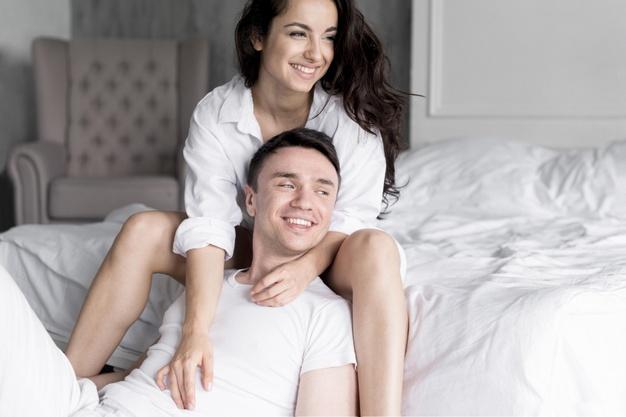cung hoàng đạo cặp đôi ngồi trên giường