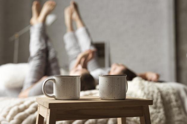 cung hoàng đạo hai chiếc cốc trên bàn