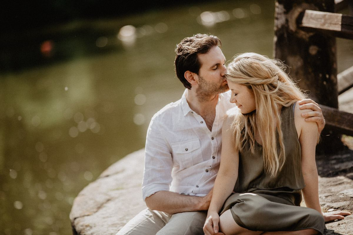 người đàn ông hôn trán cô gái