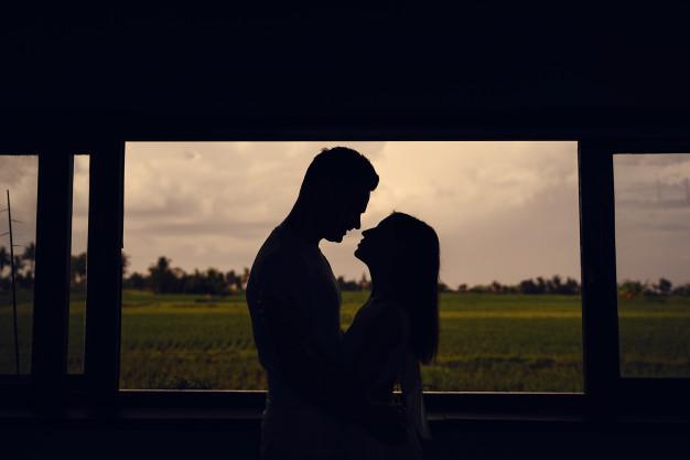 cặp đôi bên cạnh khung cửa sổ