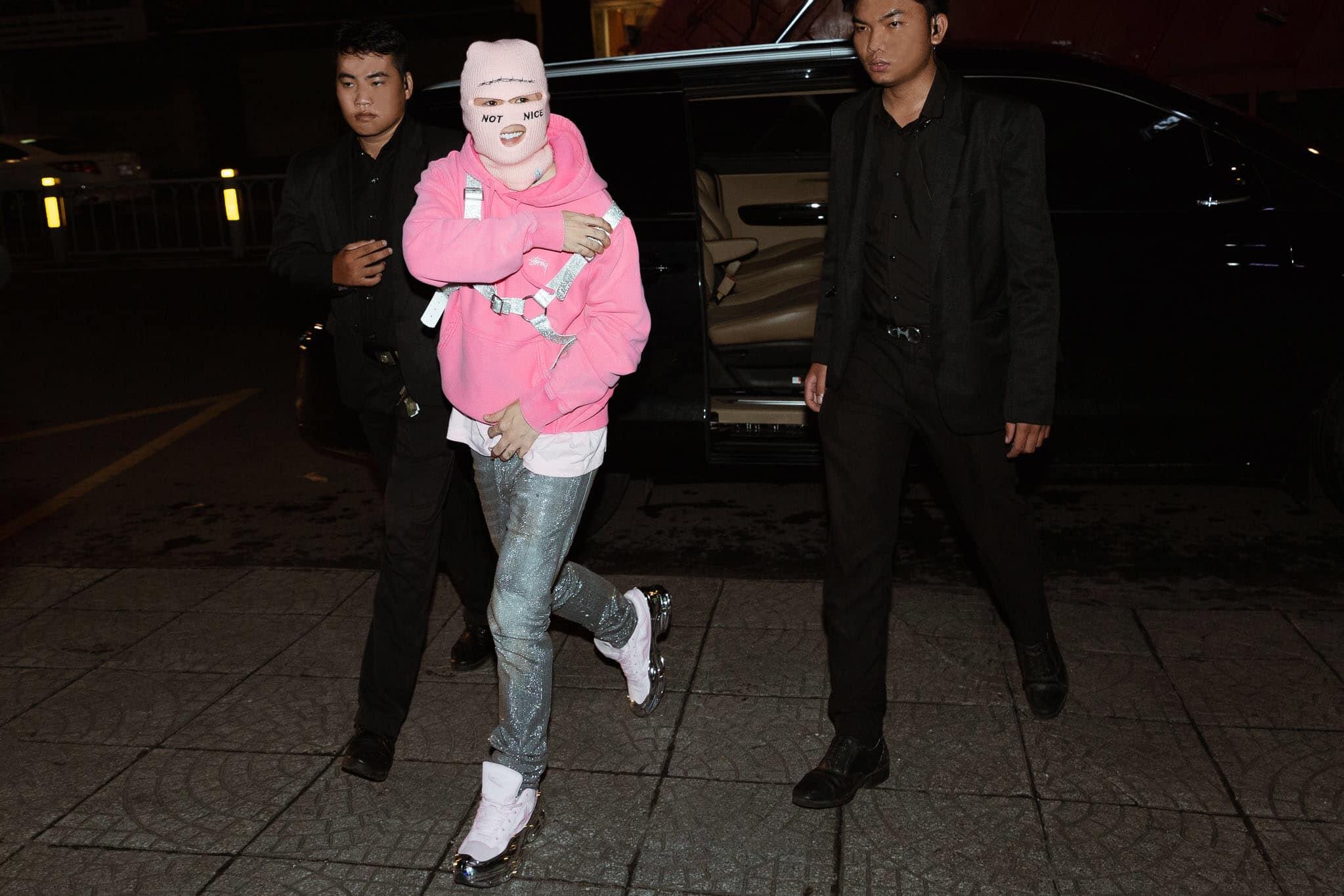 binz mặc hoodie stussy hồng