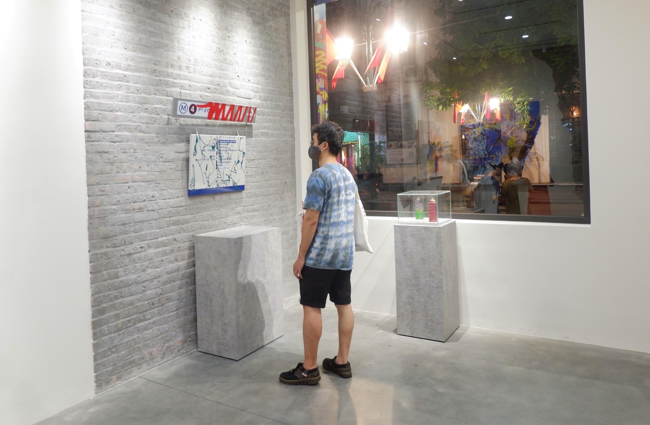 khách tham quan ngắm tranh kongo