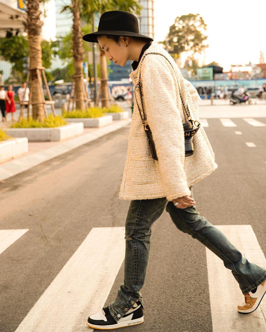 karik đi qua đường