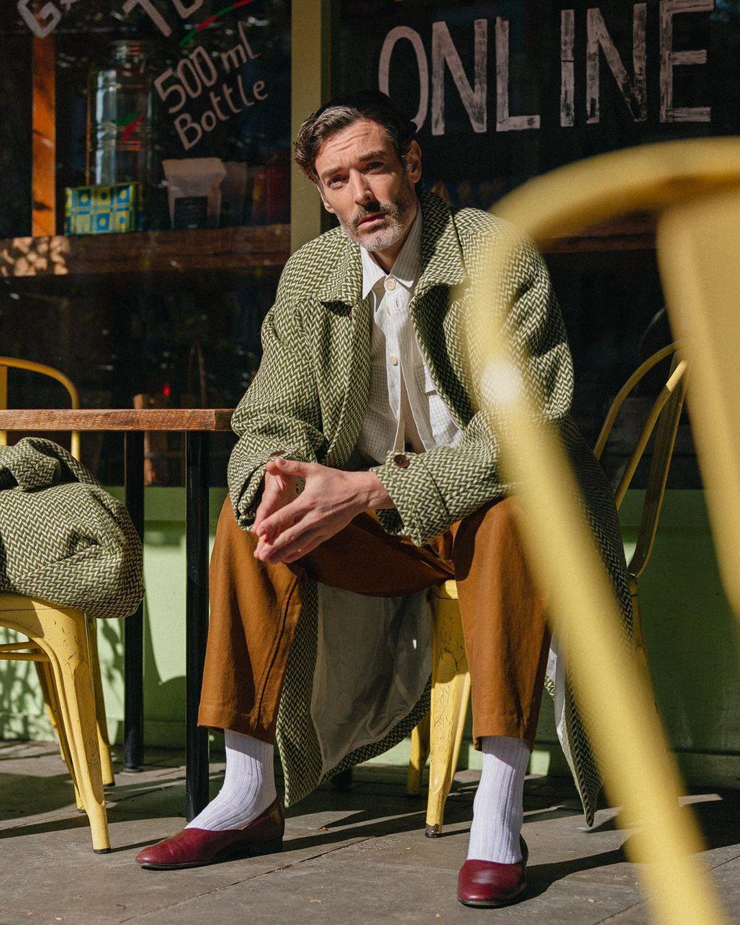 sao nam Richard Biedul mặc áo khoác xanh và quần nâu