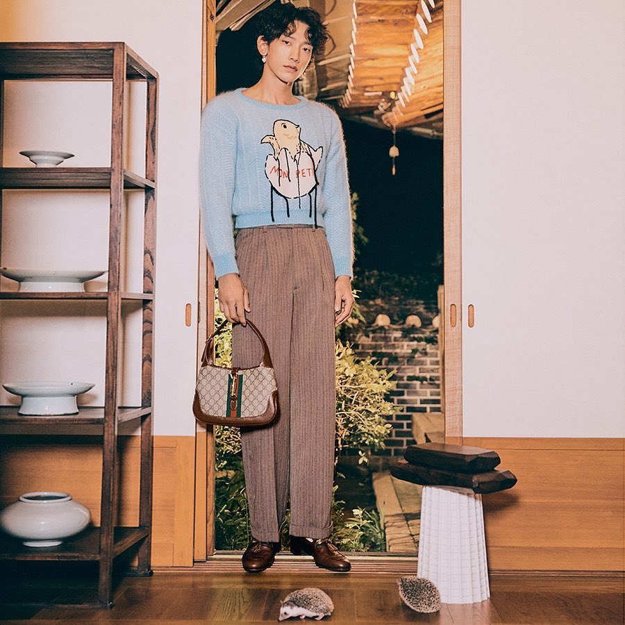 bi rain diện áo sweater croptop xanh đeo túi jackie nâu GG