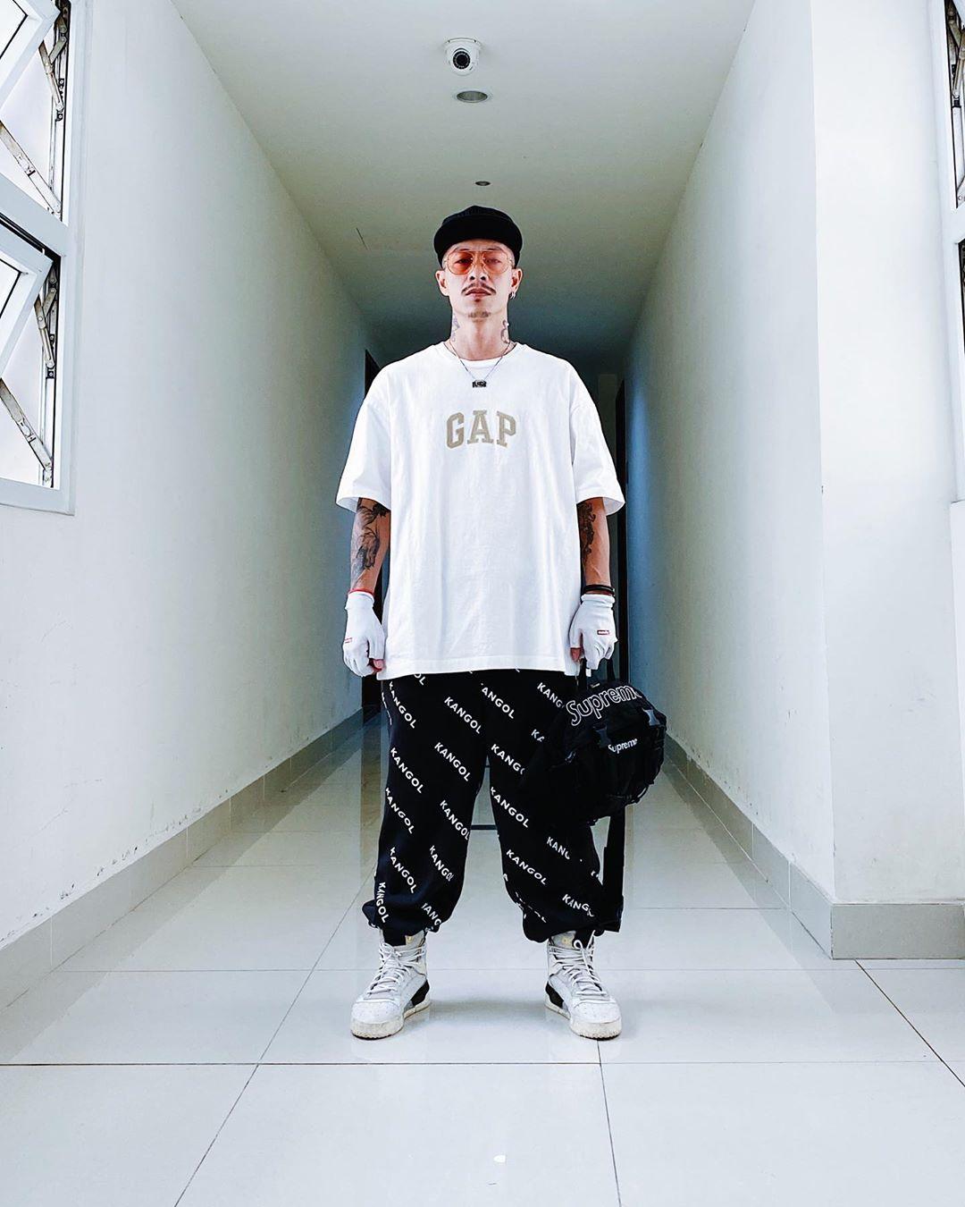 việt max mặc trang phục màu đen trắng