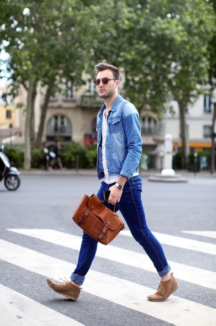 người đàn ông đang đi giày chukka băng qua đường