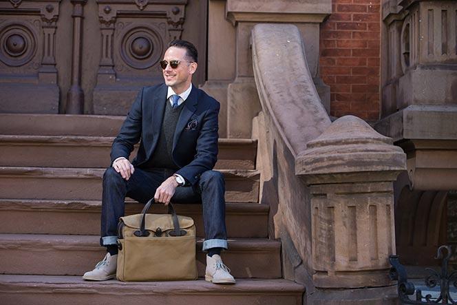 người đàn ông mặc suit ngồi trên bậc thềm
