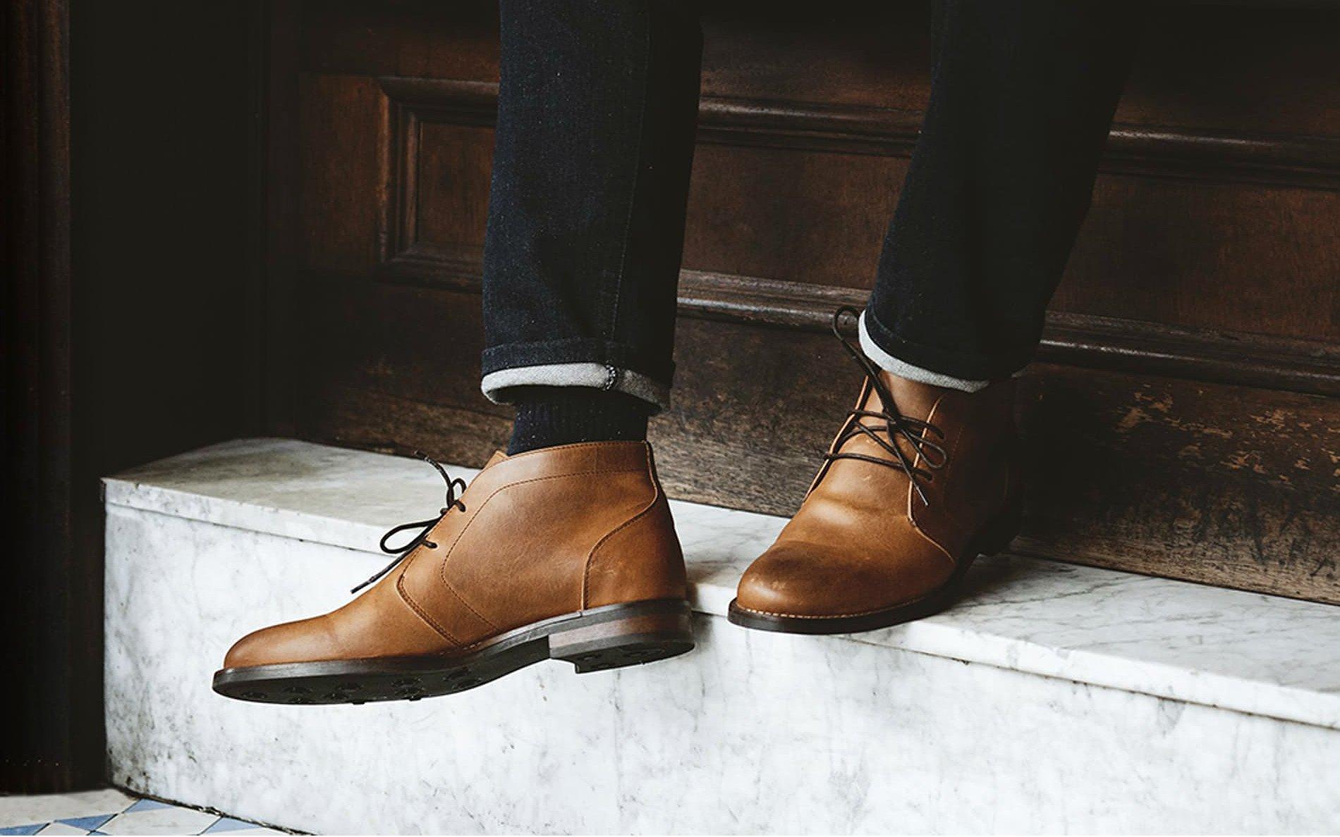 cận cảnh giày chukka bằng da màu nâu