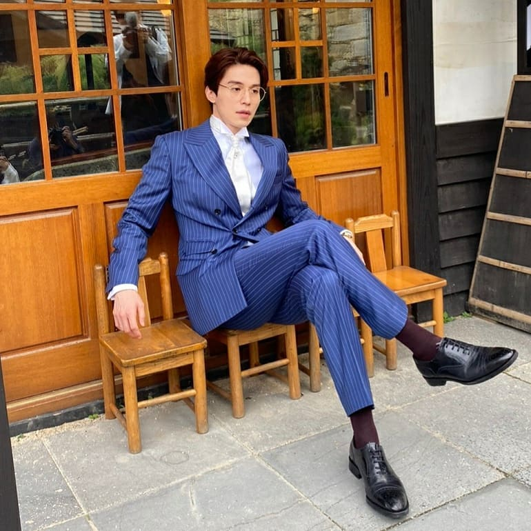 lee dong wook mặc suit xanh kẻ sọc