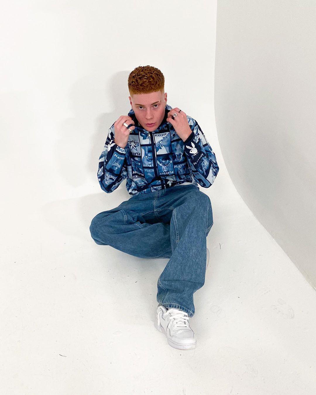 Leo mandella diện quần jean thung