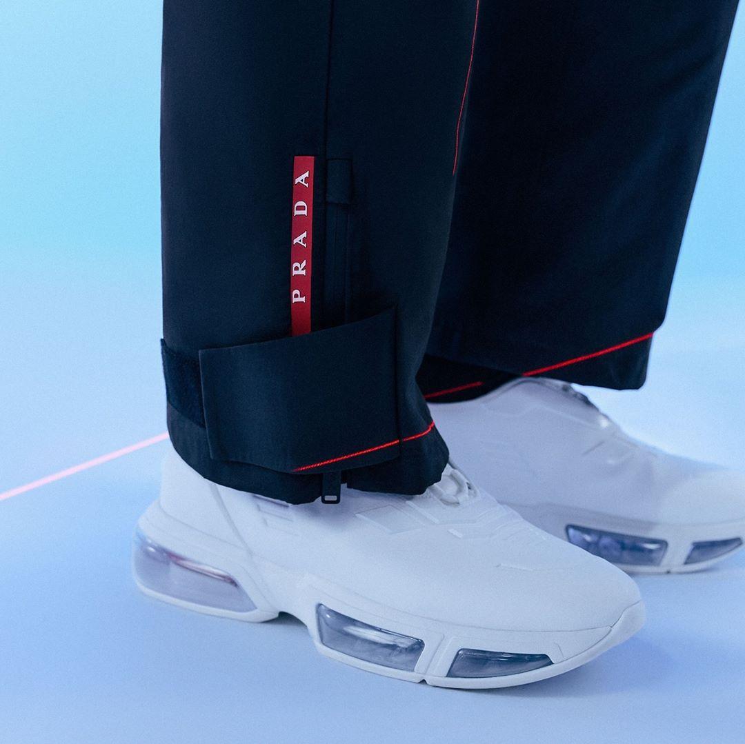 cận cảnh giày sneakers trắng prada 2020