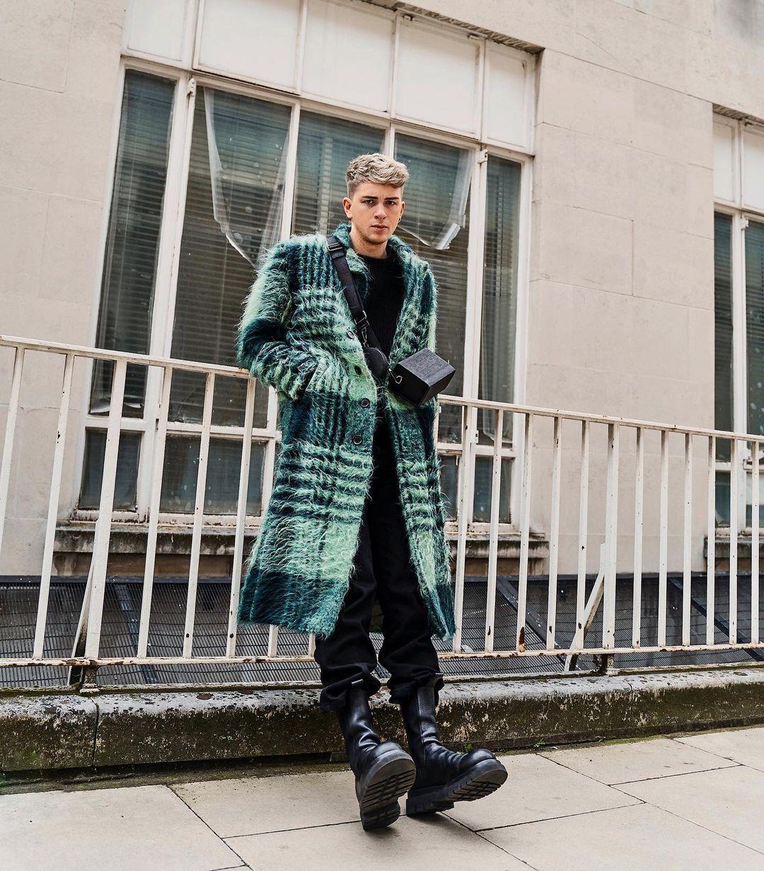 sao nam galluck mặc áo long coat xanh