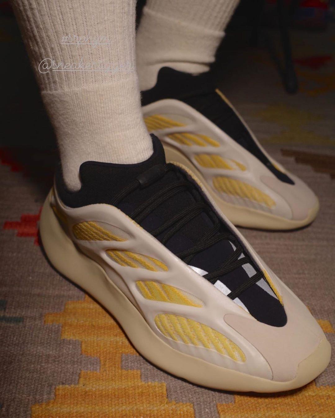 "YEEZY 700 V3 ""SAFFLOWER"" giày thể thao"
