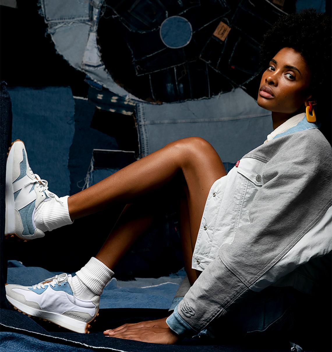 người mẫu mang giày thể thao NEW BALANCE 327 x LEVI'S