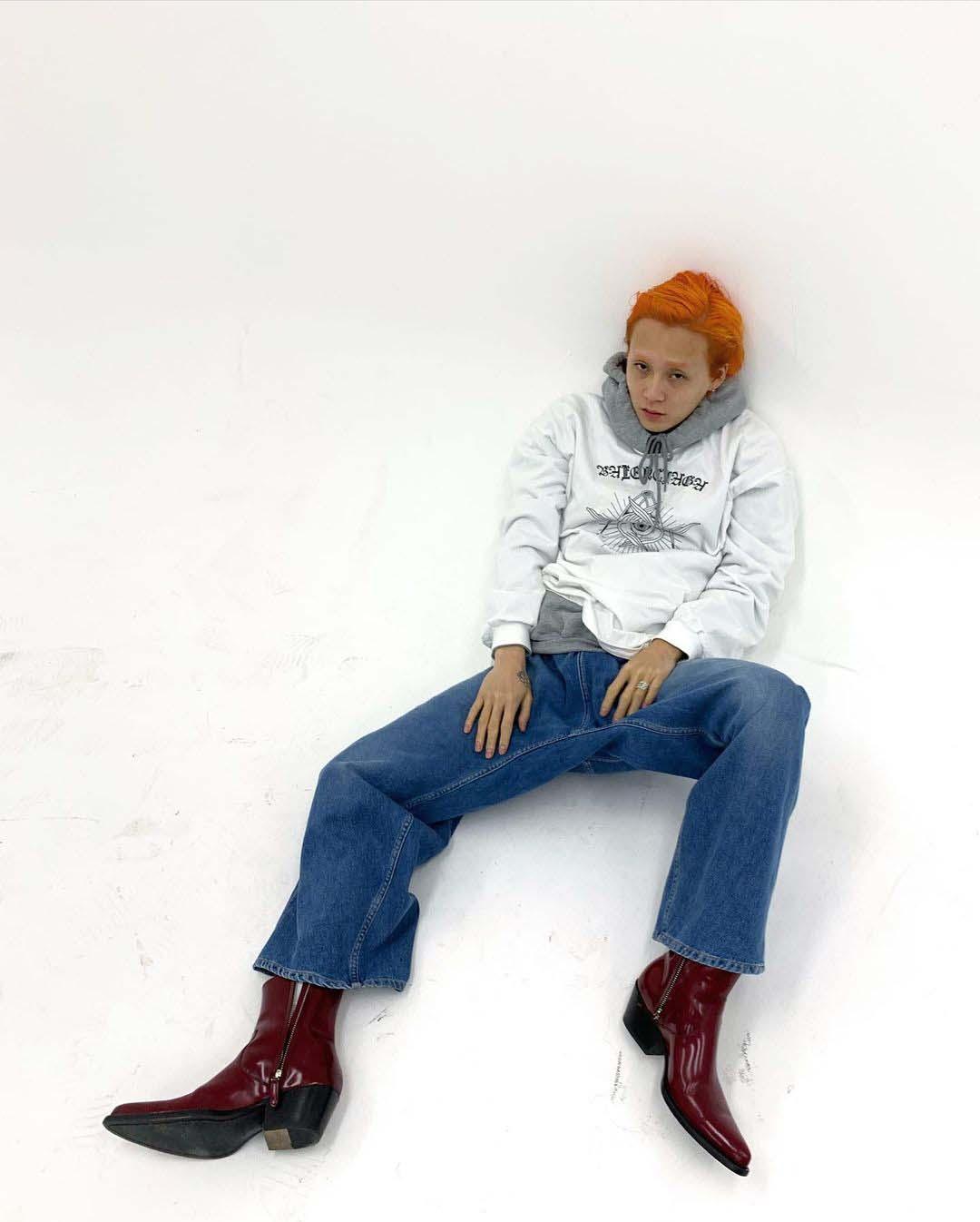 hyo jong e'dawn mặc áo hoodie quần jeans
