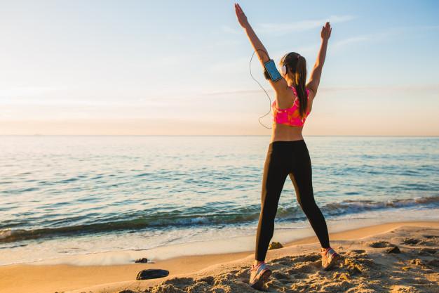 cô gái tập luyện bên bờ biển