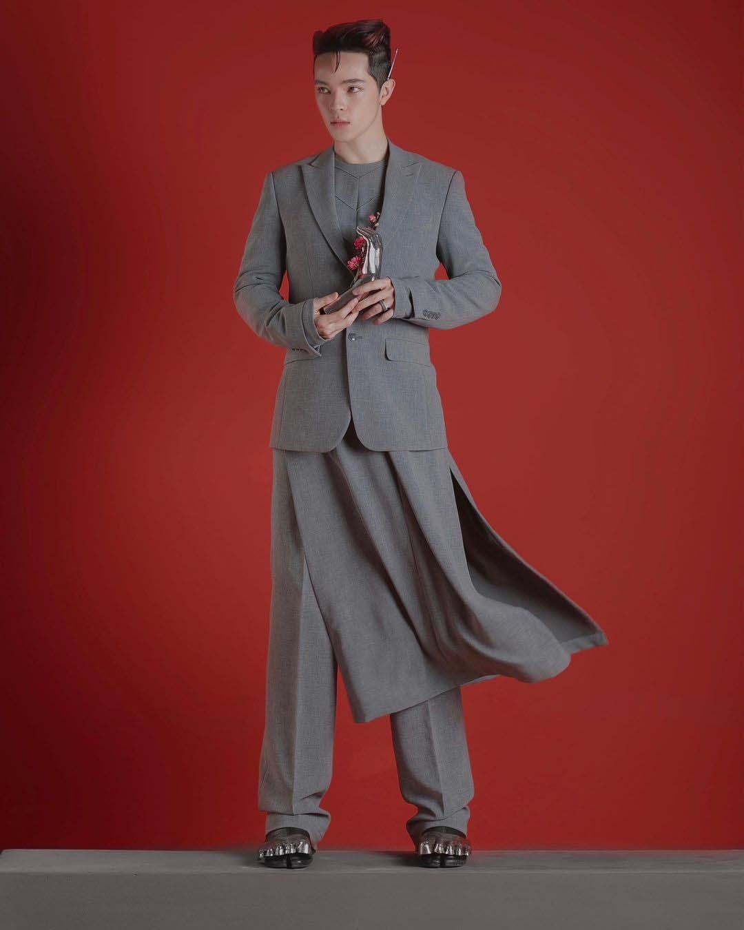 thời trang sao nam kelbin mặc áo dài das màu xám