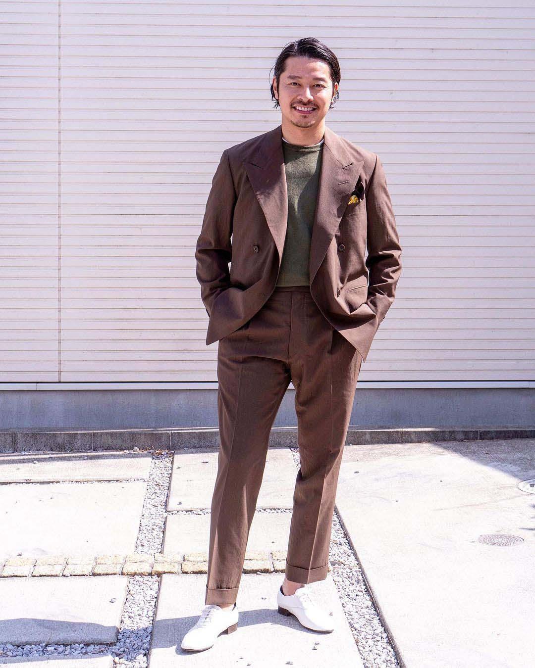 tomoyoshi takada mặc suit nâu