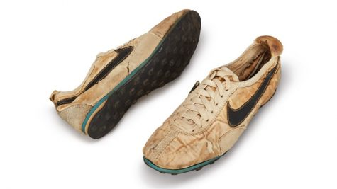 """Nike """"Moon shoe"""" - Đôi giày thể thao được bán đấu giá 2,3 tỷ đồng"""