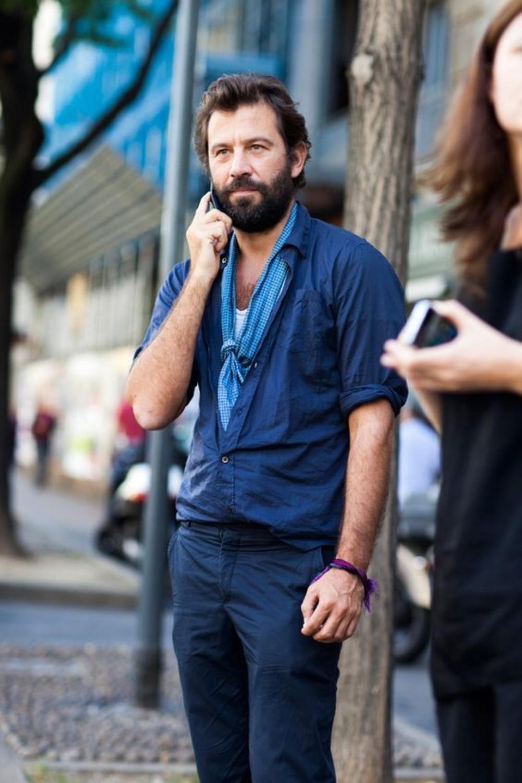 Người đàn ông mặc áo xanh choàng khăn thời trang