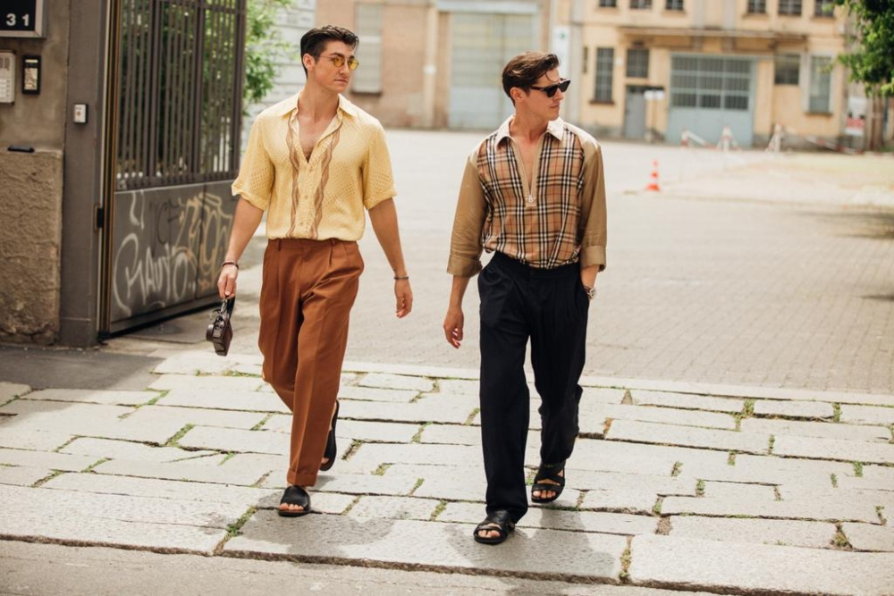 2 người mang sandals thời trang nam mùa hè