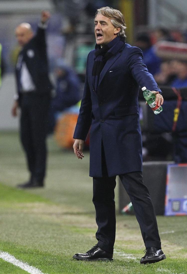 Roberto Mancini mặc khăn choàng cổ