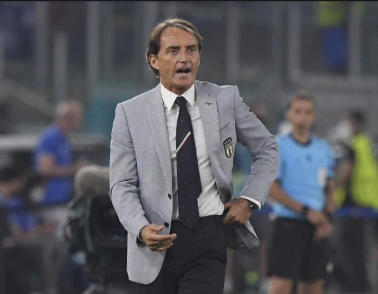 Roberto Mancini cùng thiết kế suit đồng phục của tuyển Italy tại EURO 2020