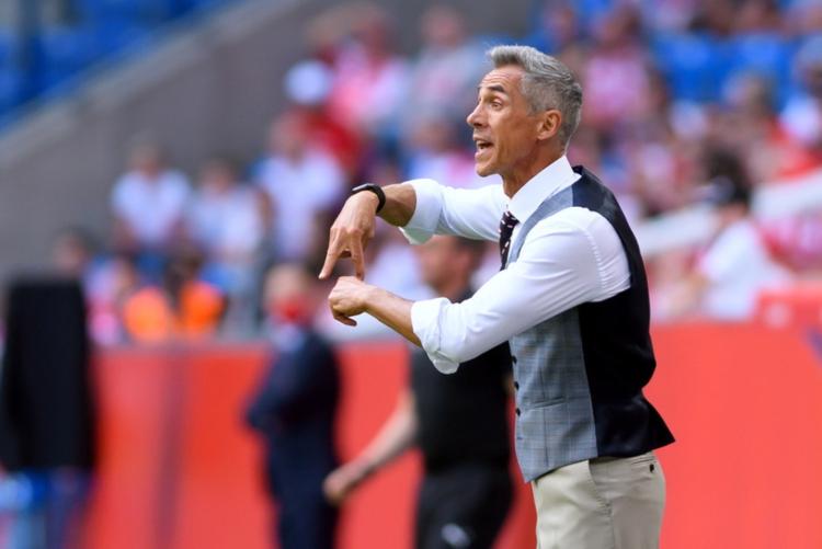 Phong cách thời trang đặc sắc của Paulo Sousa tại EURO 2020