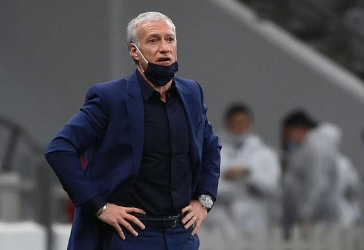Didier Deschamps cùng những bộ suit tông xanh đặc trưng của ông