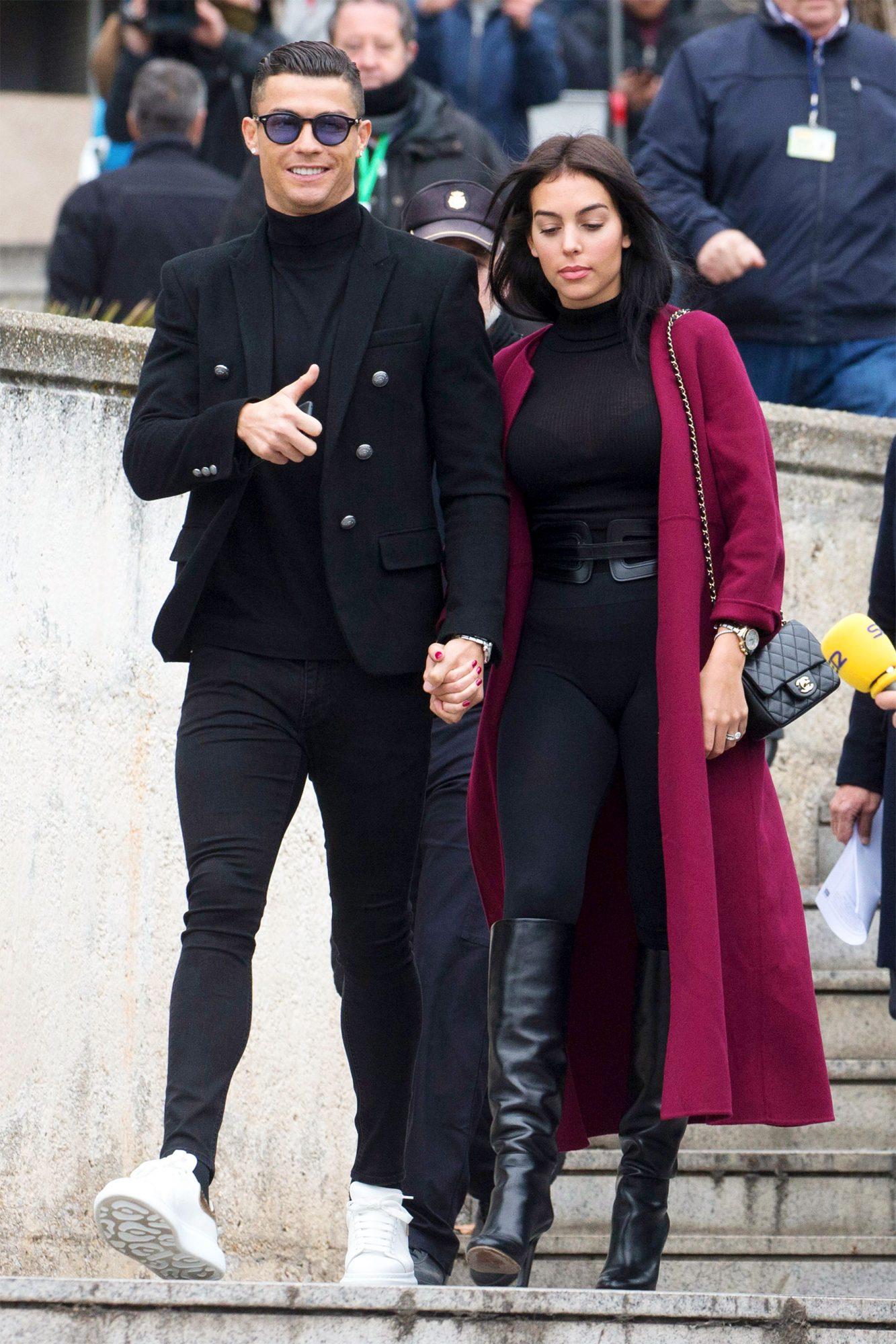 Cristiano Ronaldo mặc suit all black