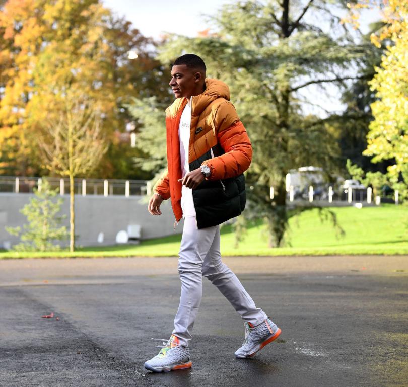 Mbappe cùng một bộ outfit sành điệu với tông màu cam chủ đạ