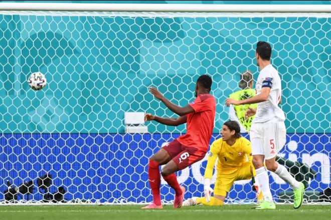 Tình huống bóng lập bập dẫn đến pha đốt lưới nhà của Zakaria tại Tứ kế Euro 2020 Tây Ban Nha vs Thuỵ Sĩ.