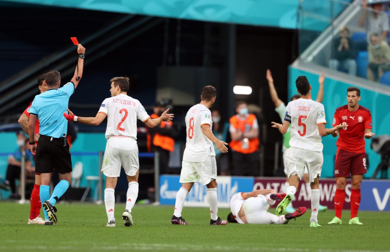 Tấm thẻ đỏ của Roman Feuler đội Thuỵ Sĩ trận Tứ Kết Euro 2020 Tây Ban Nha vs Thuỵ Sĩ