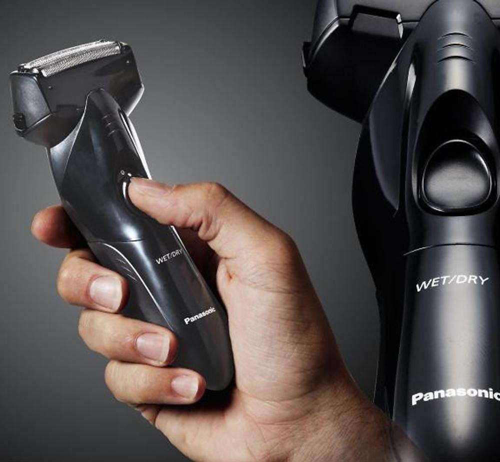 Panasonic ES-SL10-K401 mang đến thiết kế đặt biệt khi đầu cạo có thể hoạt động linh hoạt đa hướng, đồng thời nó mang lại hiệu quả đường cạo cực kỳ cao dù cho bạn sở hữu làn râu rậm rạp hay thưa thớt. Ngoài ra sản phẩm được yêu thích bởi nam giới có thể thoải mái mang theo sử dụng khi đi du lịch hay công tác mà không sợ bị ảnh hưởng đến tuổi thọ của pin.