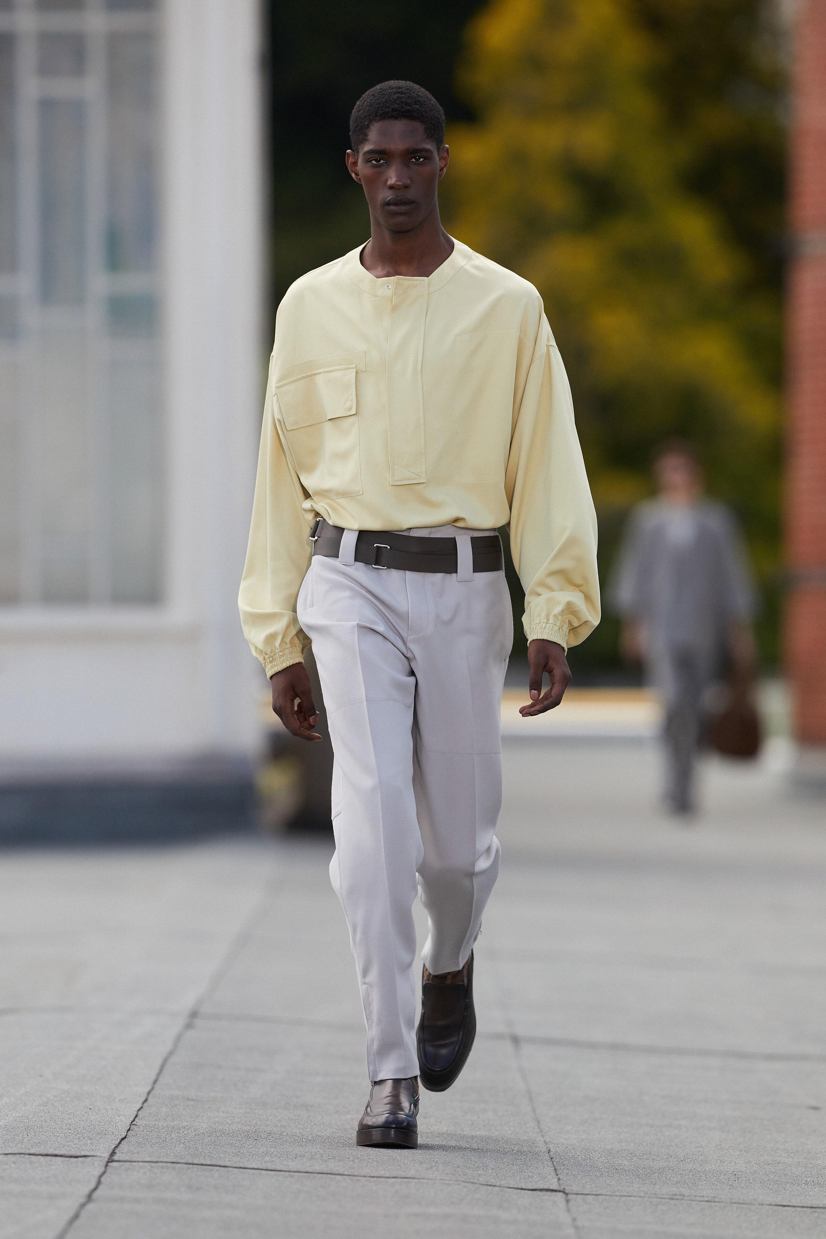 Người mẫu mặc trang phục đũi trong BST Eemenegildo Zegna Xuân-Hè 2021