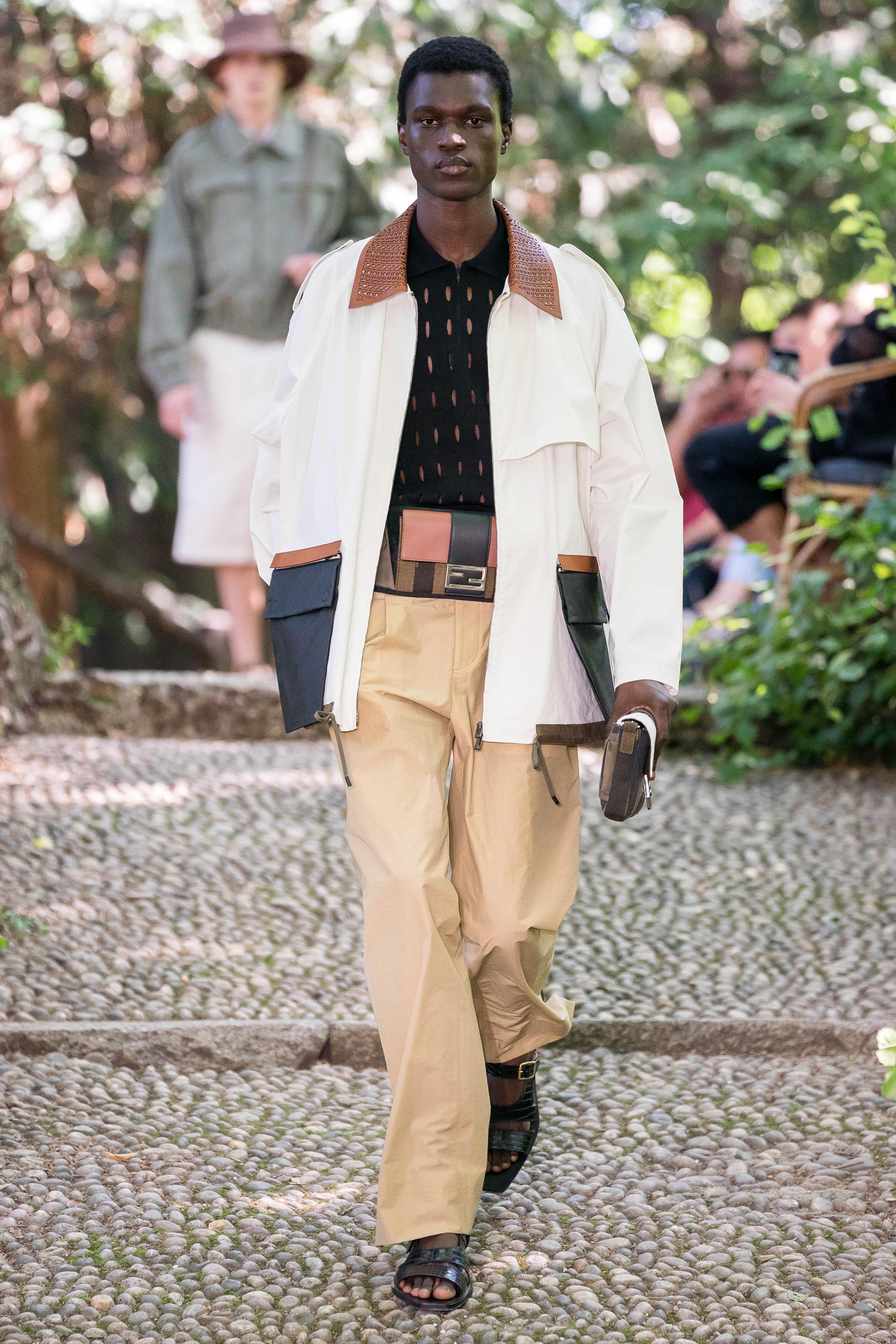 Người mẫu mặc quần đũi trong BST Fendi Xuân-Hè 2020.