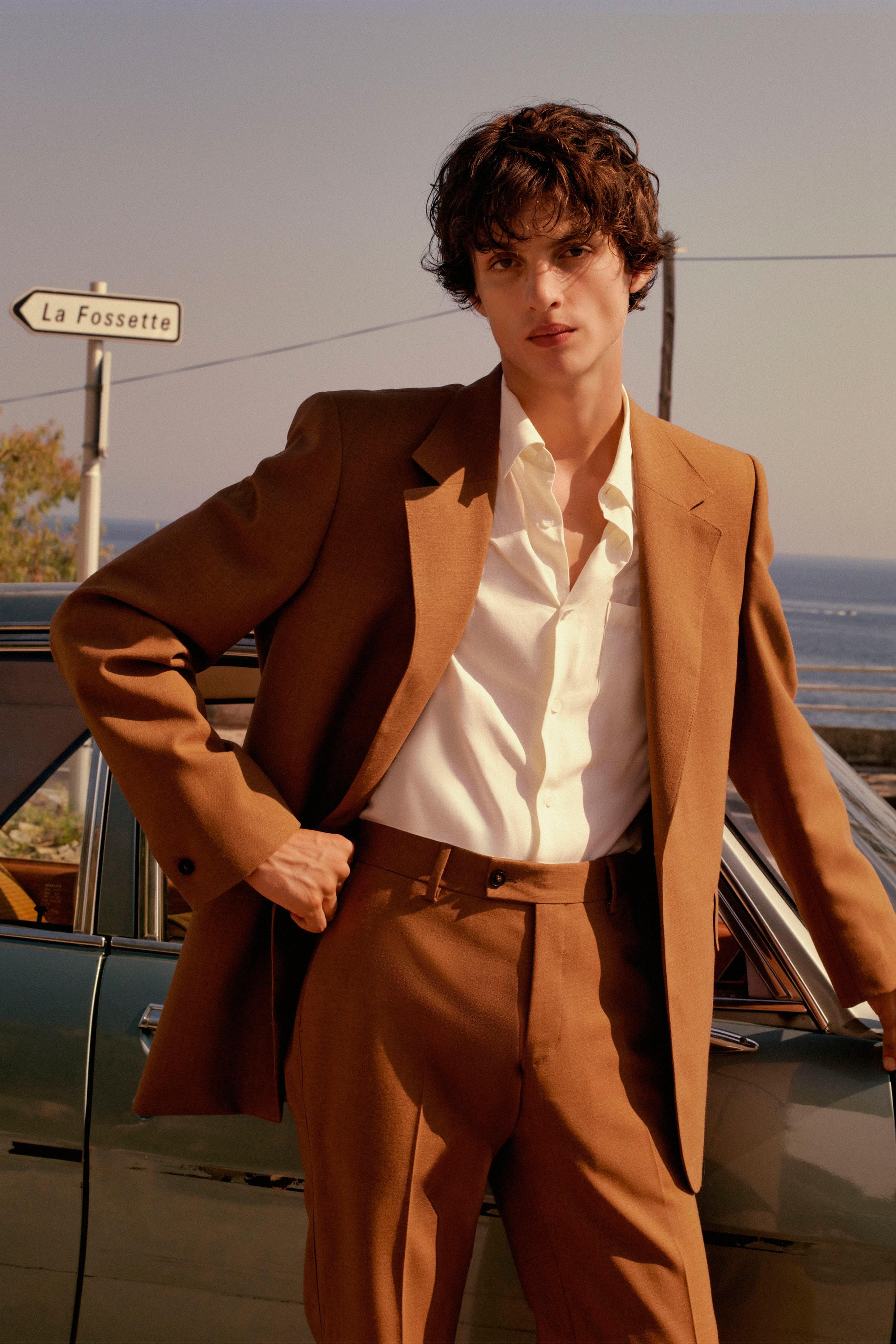 Suit vải đũi của Sandro Xuân-Hè 2021.