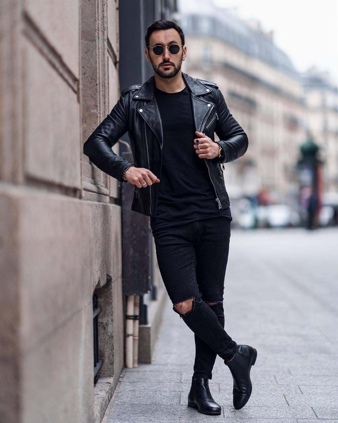 chàng trai mặc trang phục đen.