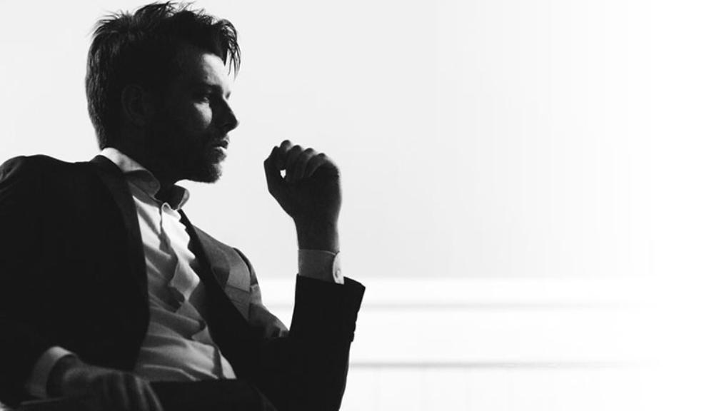 bí quyết tăng sự tự tin - người đàn ông đang ngồi suy tư.
