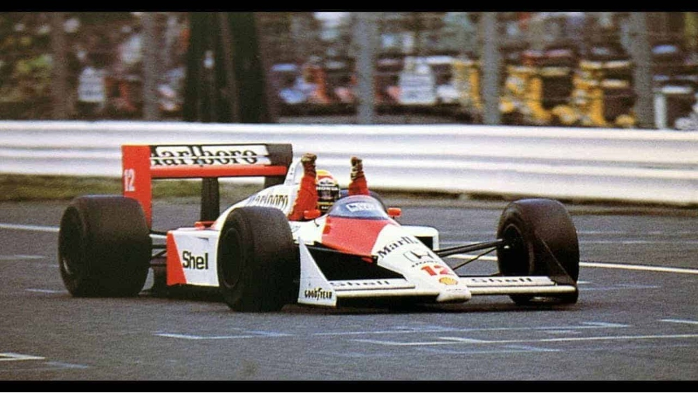 Senna vô địch thế giới lần đầu tiên vào năm 1988 trên chiếc xe Công thức 1 McLaren MP4 / 4