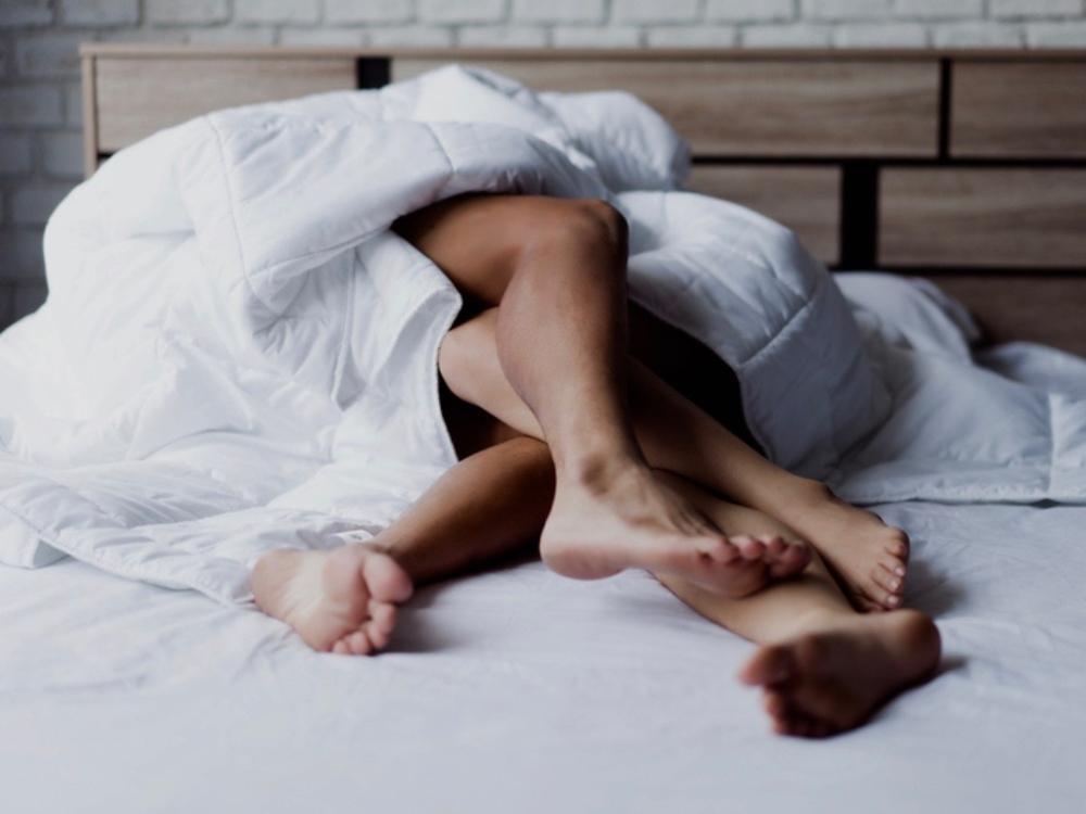 cặp đôi nằm trên giường.