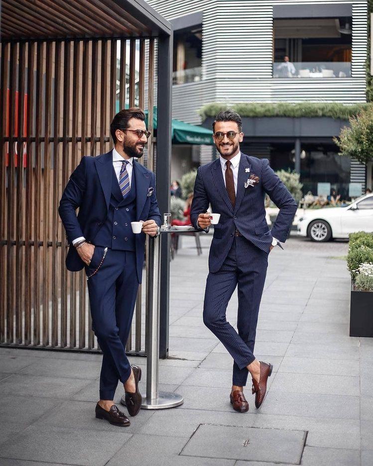 2 người đàn ông mặc suit xanh navy