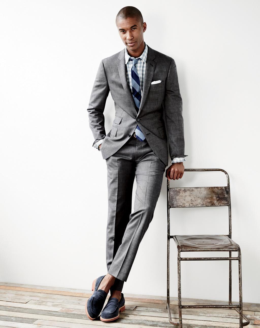 người đàn ông mặc suit xám với giày loafer da lộn.