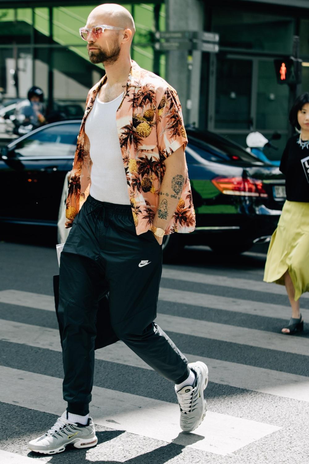 phối áo sơ mi cùng quần jogger