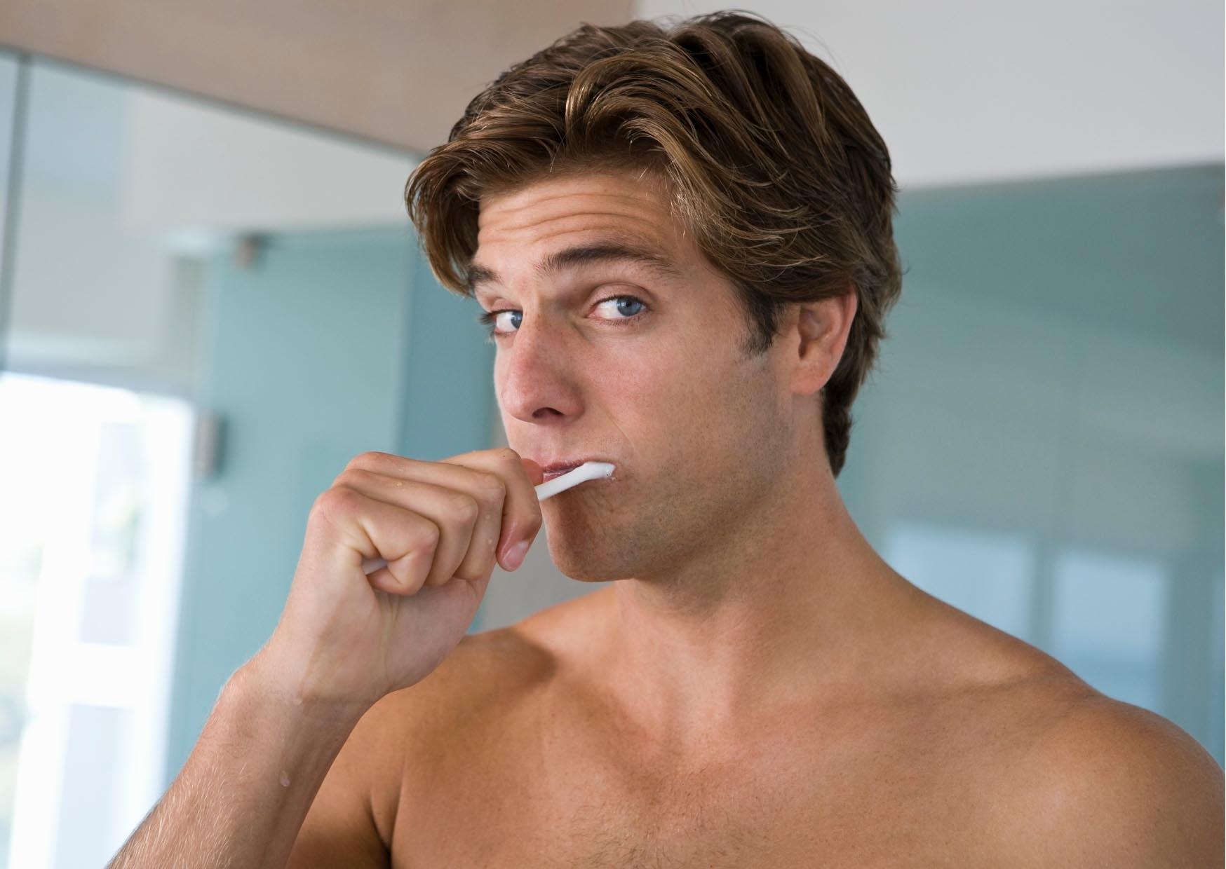 lỗi ngoại hình người đàn ông đánh răng